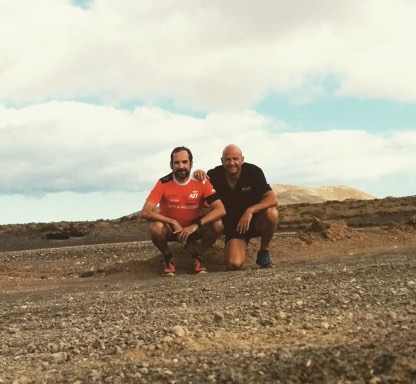 Juan y Jere with running outfits, in the desert